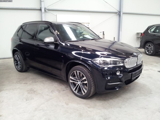 bmw x5 m50d f15 neue fotos zum triturbo diesel suv in schwarz. Black Bedroom Furniture Sets. Home Design Ideas