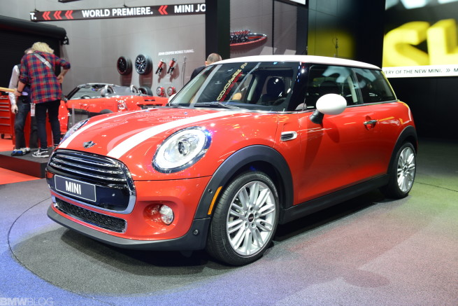 2014-MINI-Cooper-F56-Blazing-Red-Live-Fotos-Detroit-Auto-Show-01