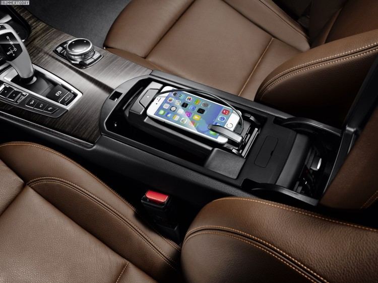 BMW-ConnectedDrive-Smartphone-im-Auto-3