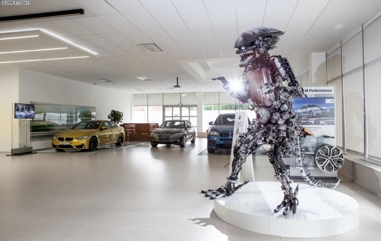 Alien-BMW-Ersatzteile-Skulptur-Russland-06