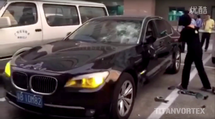 BMW-7er-Zerstoerung-durch-Ehefrau-in-China