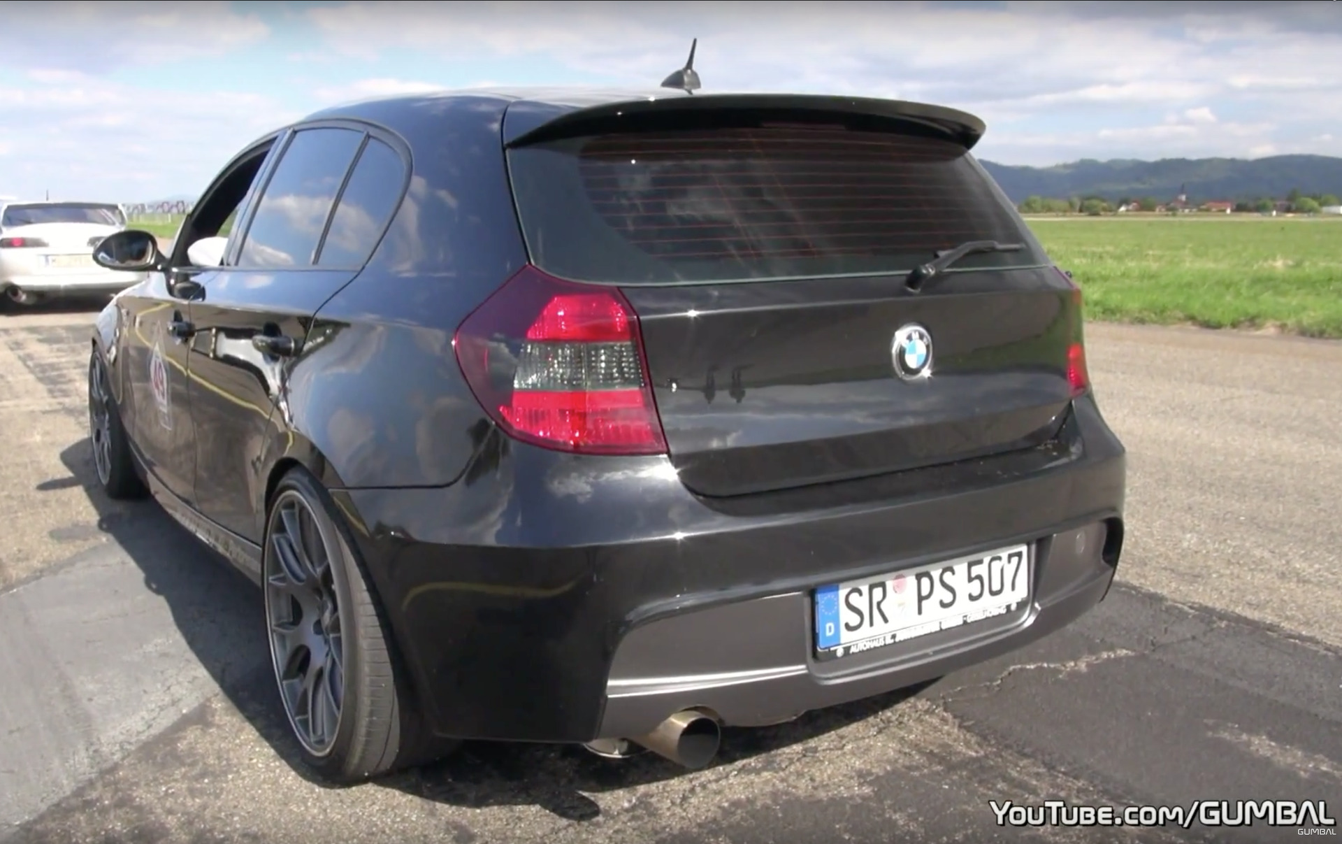 sound video bmw 150i mit v10 s85 gibt vollgas auf dragstrip. Black Bedroom Furniture Sets. Home Design Ideas