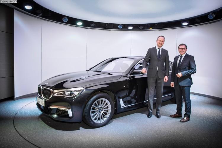 BMW-7er-2015-BMW-Welt-Uebergabe