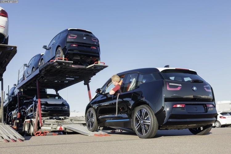 Verladung von Elektroautos BMW i3 auf dem Gelände des Leipziger BMW-Werkes auf einen Transport-LKW.