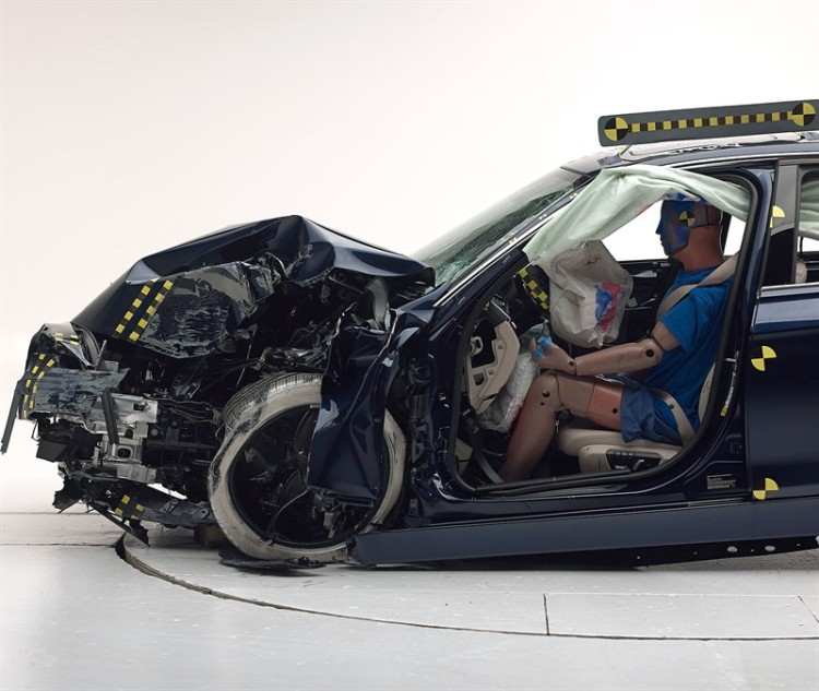 BMW-3er-F30-IIHS-Small-Overlap-Crashtest-02