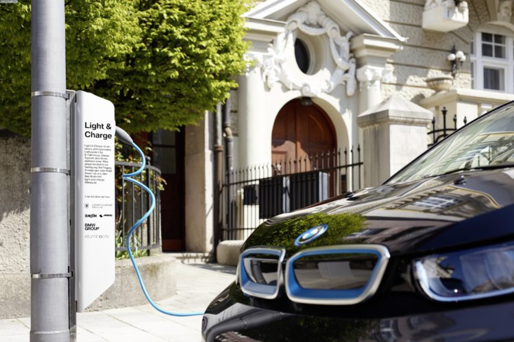 BMW-i-Light-and-Charge-Laterne-Ladesaeule-08