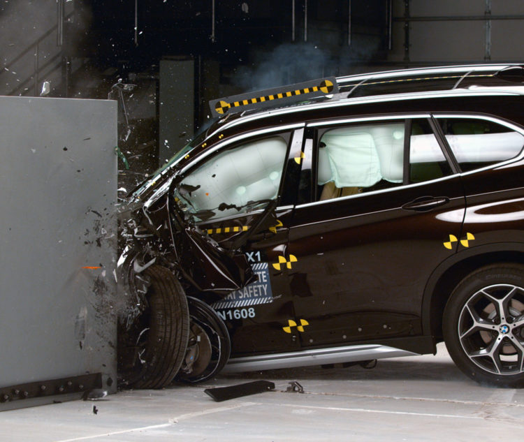 BMW-X1-F48-US-Crashtest-2016-IIHS-02