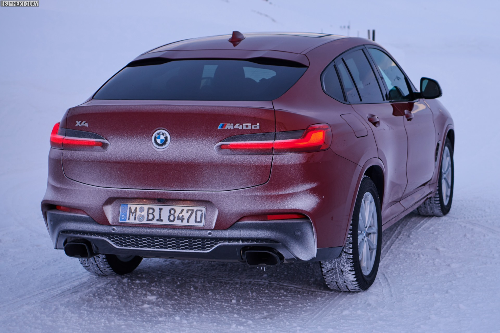 BMW X4 G02 M40d trotzt dem Schnee auf dem Weg nach Genf