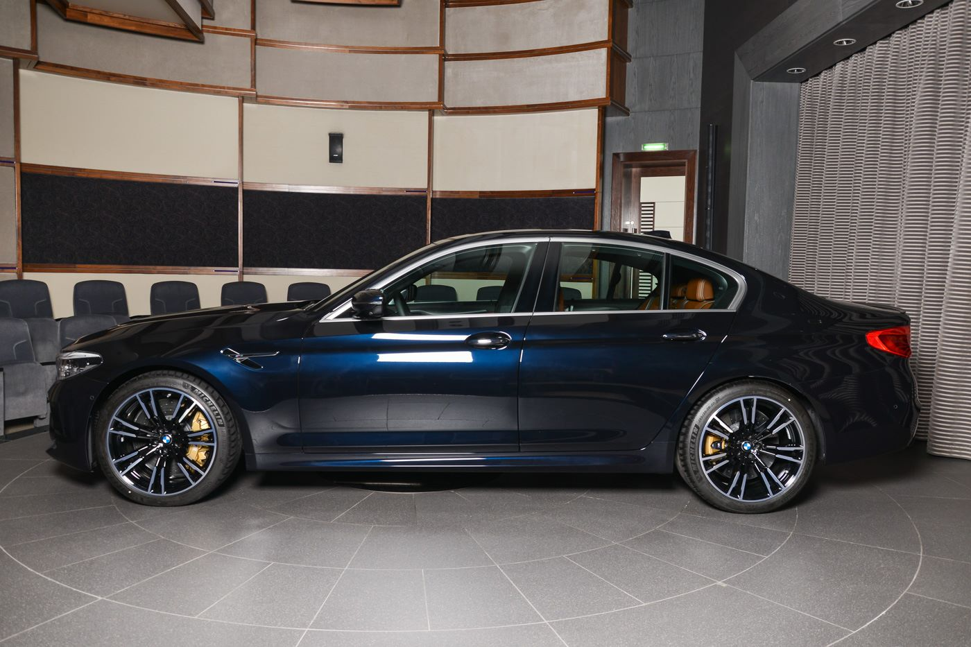 2019 - [BMW] Série 8 Gran Coupé [G16] - Page 7 BMW-M5-F90-Individual-Azuritschwarz-Metallic-04