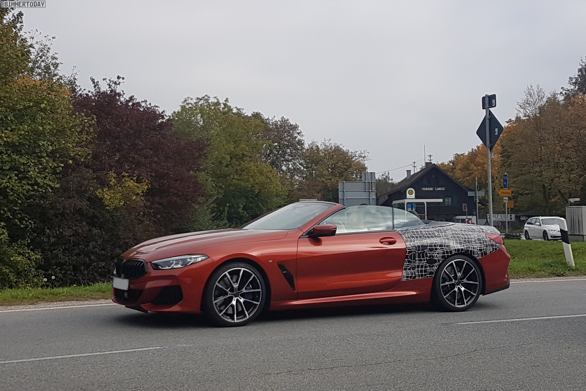 bmw 8er cabrio 2019 in sunset orange der sonne entgegen. Black Bedroom Furniture Sets. Home Design Ideas