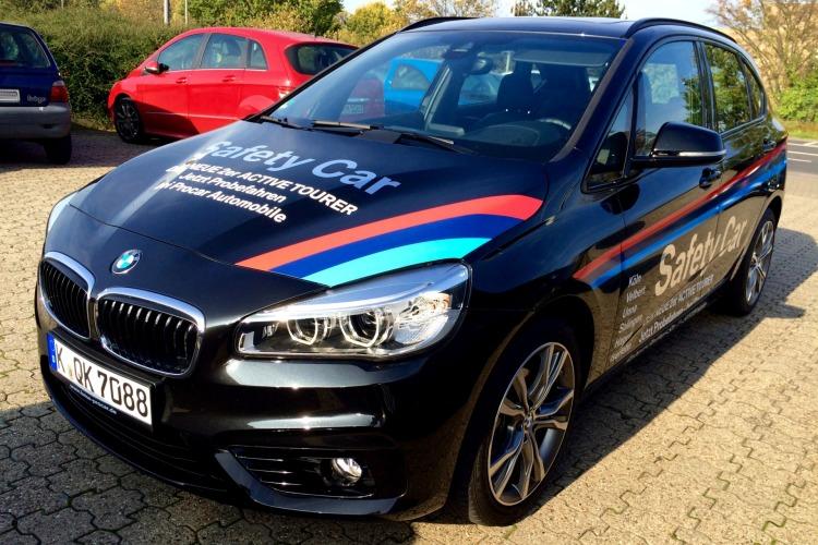 BMW-2er-Active-Tourer-Safety-Car-Werbung-Kompakt-Van-Motorsport-Dekor-02