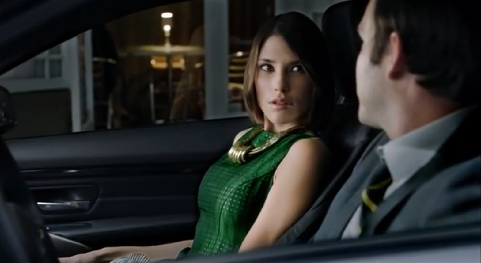 BMW-4er-F32-Werbung-USA-woman-attracted-by-car