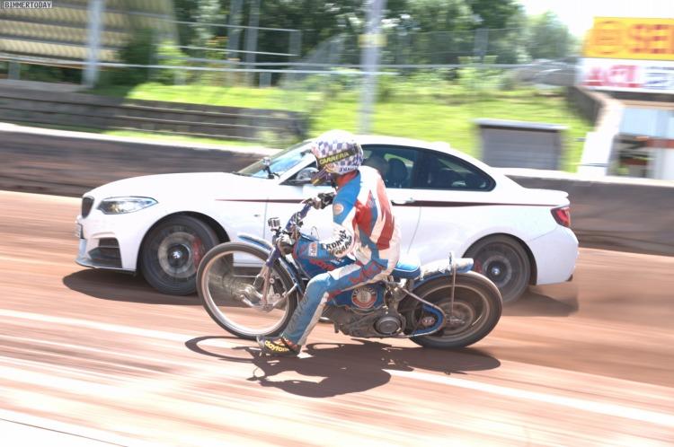 BMW-M235i-Drift-Speedway-Duell-vs-Motorrad-in-Landshut-10