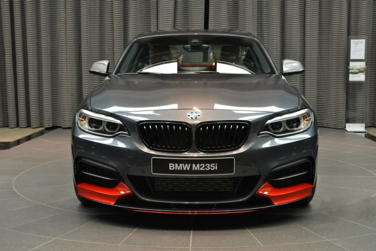 bmw m235i mit m performance zubeh r mineralgrau trifft rot. Black Bedroom Furniture Sets. Home Design Ideas