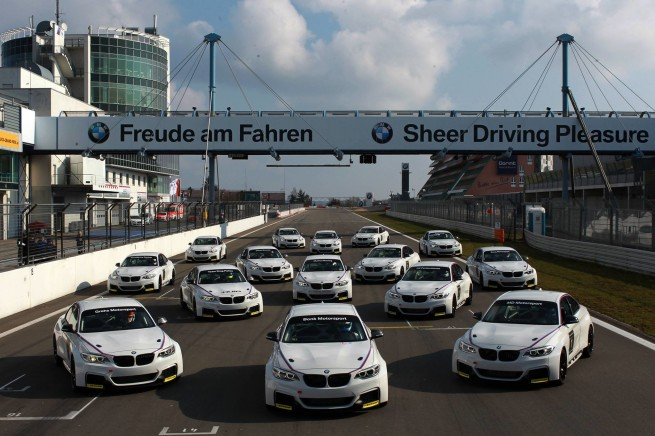 BMW-M235i-Racing-Nuerburgring-Team-Uebergabe-VLN-2014