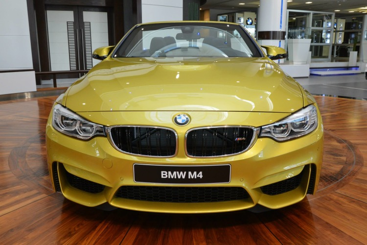 BMW-M4-Cabrio-Austin-Yellow-F83-Live-Fotos-Abu-Dhabi-02