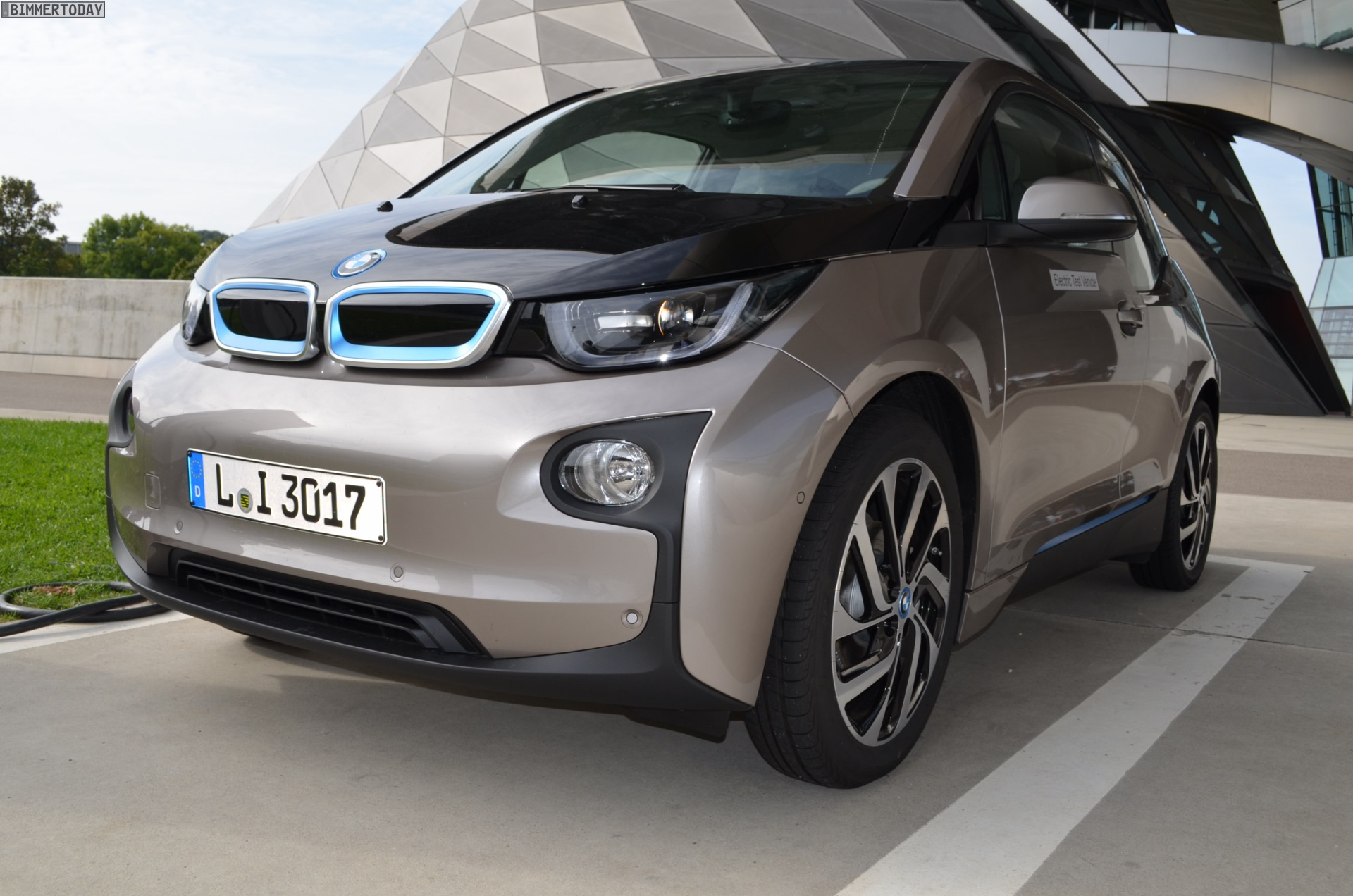 bmw i3 elektroauto mit carbon fahrgastzelle in der bmw welt. Black Bedroom Furniture Sets. Home Design Ideas