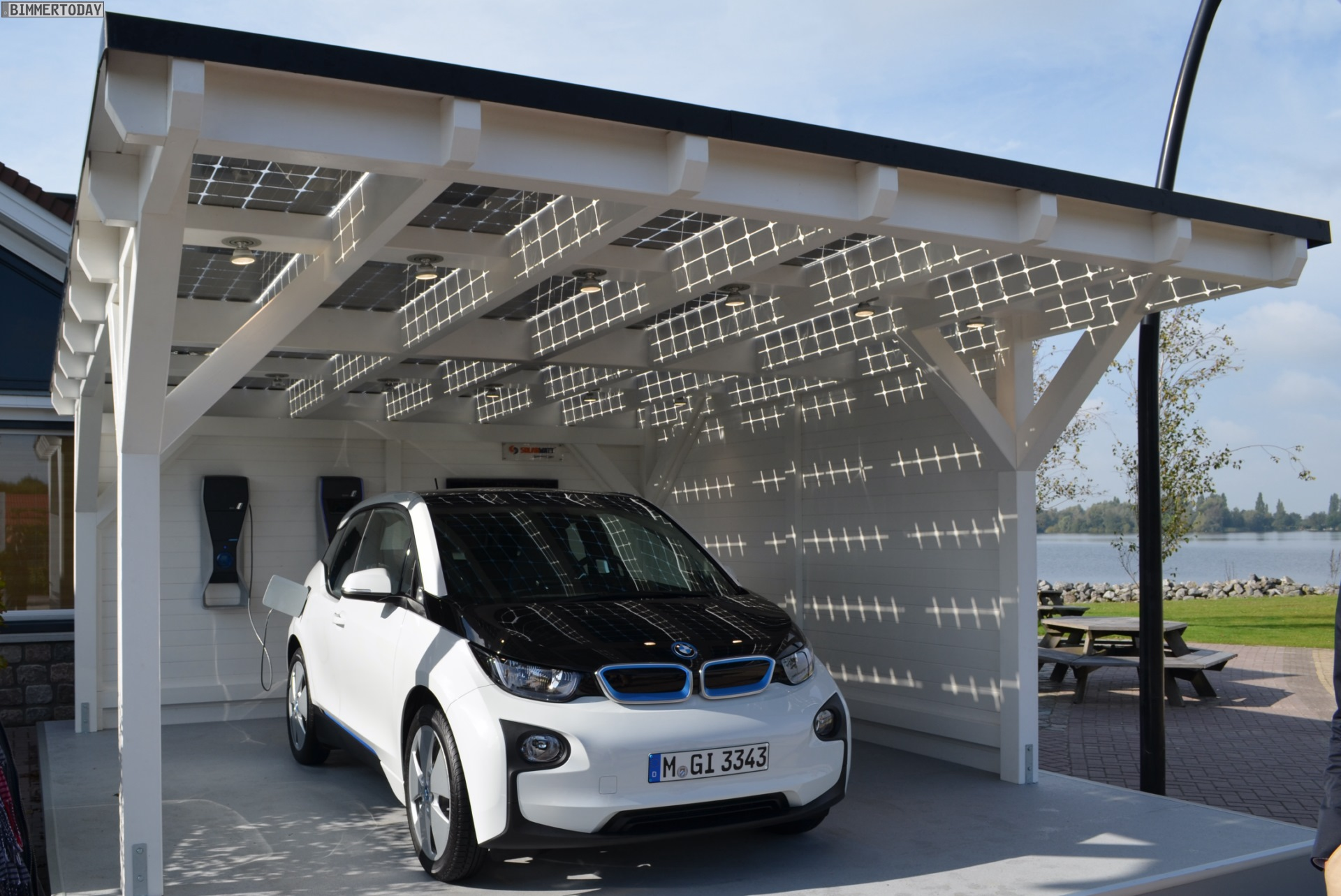 bmw i3 in capparisweiss unter solarwatt carport mit solar anlage. Black Bedroom Furniture Sets. Home Design Ideas
