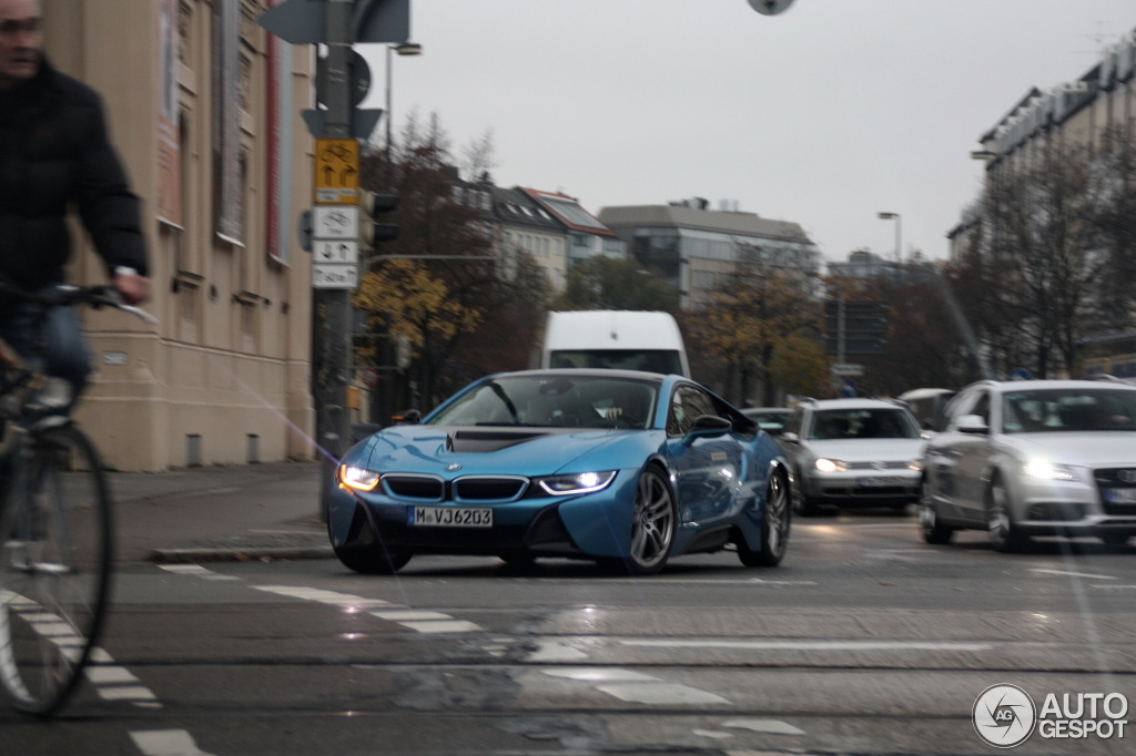Bmw I8 In Protonic Blue Neue Real Life Fotos Vom Hybrid Sportwagen