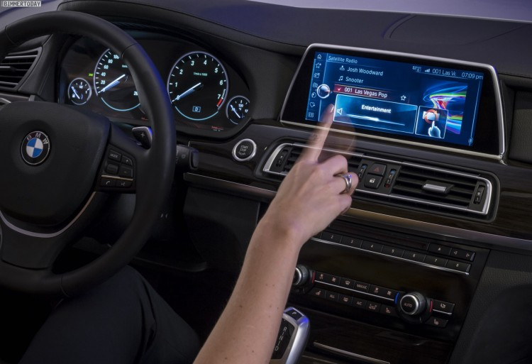 BMW-iDrive-2015-CES-Touchscreen-Display-Gestensteuerung-03