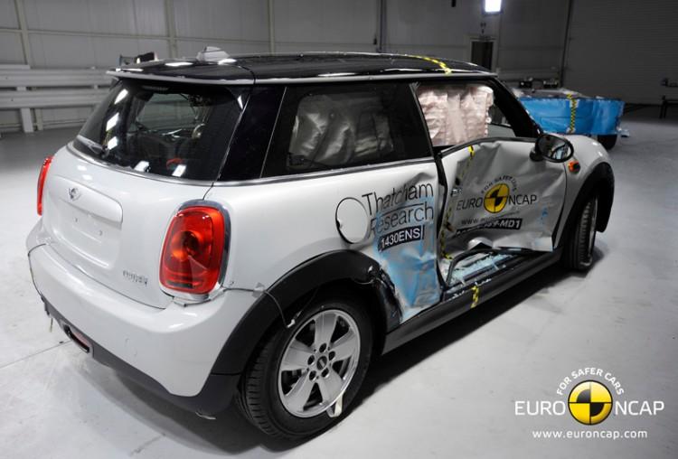 Euro-NCAP-Crashtest-2014-MINI-F56-Sicherheit-Kleinwagen-04