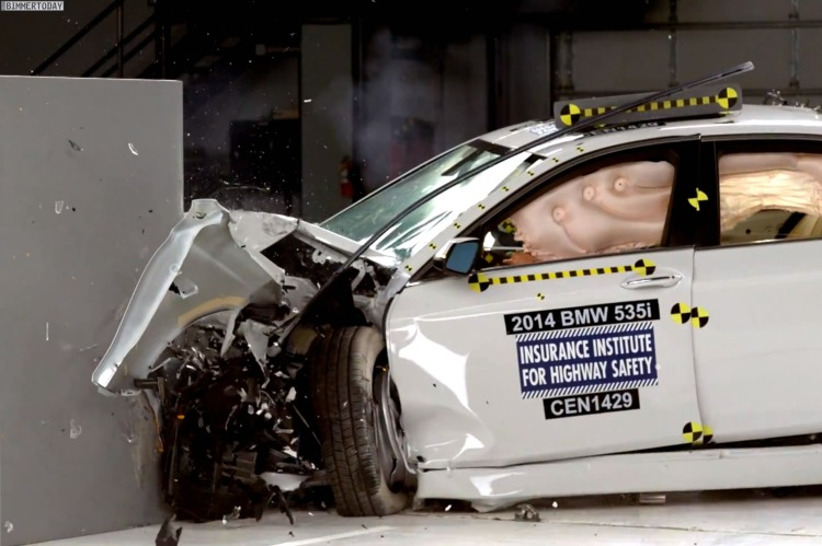 IIHS-Small-Overlap-Crashtest-2014-BMW-5er-F10-LCI-Sicherheit-05